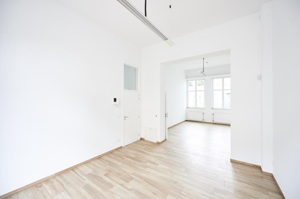Gerenoveerde kantoorruimte met parketvloer