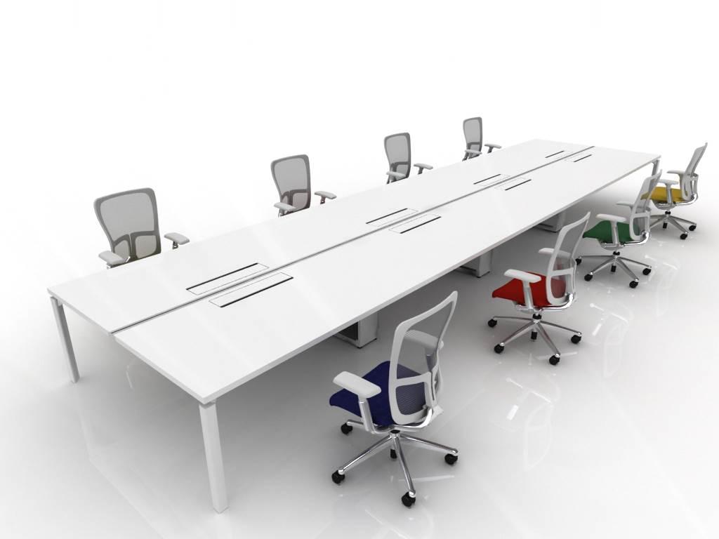 Witte bureau met kleuren