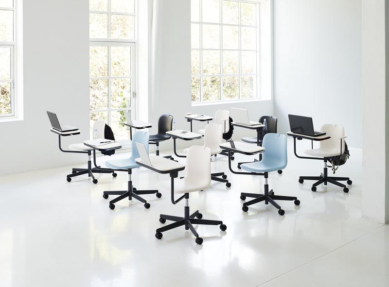 Klas met kleurrijke stoelen