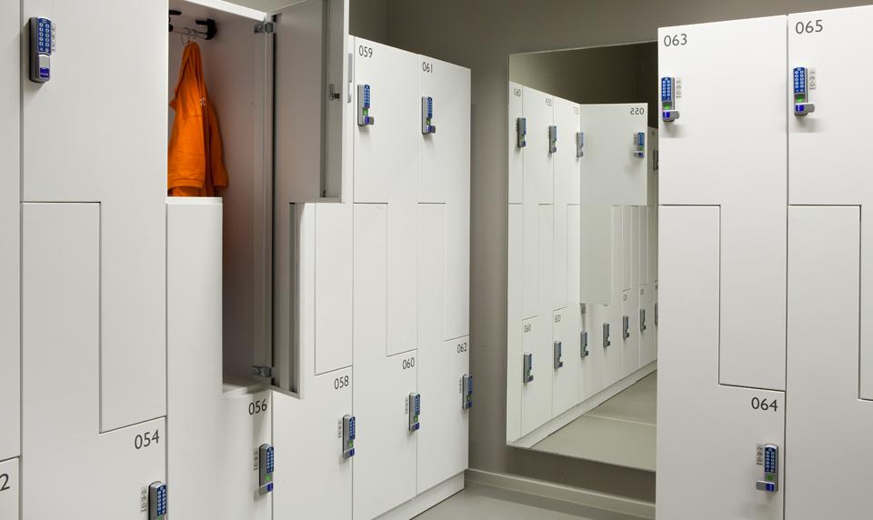 Grijze locker kleedkamer