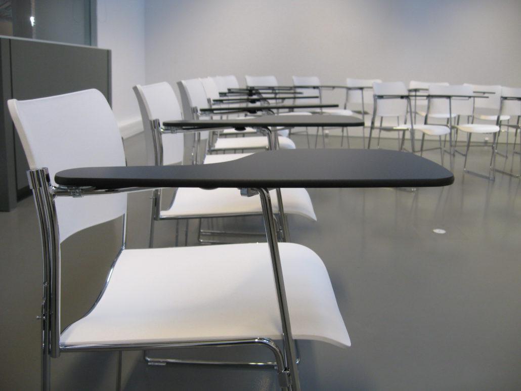 Seminarie stoel met tafel